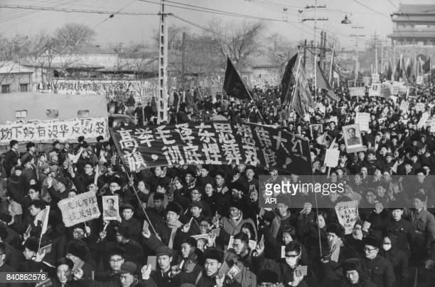 Manifestation devant l'ambassade soviétique à Pékin pour dénoncer le régime révisionniste de Moscou le 12 février 1967 Chine