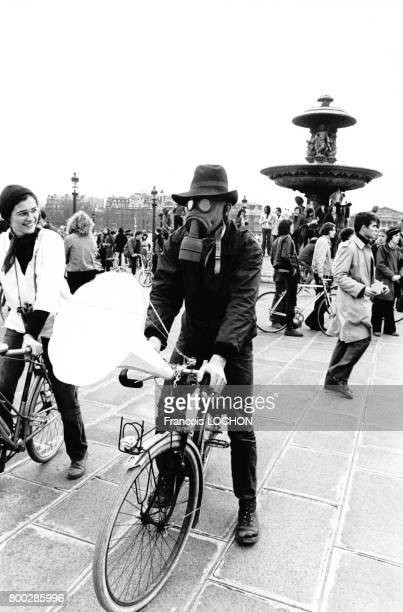 Manifestation à vélo des amis de la terre circa 1980 à Paris France