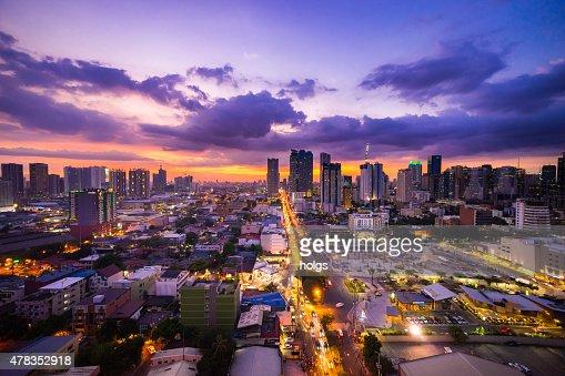 マニラ夕暮れの街をマカティシティと Ortigas