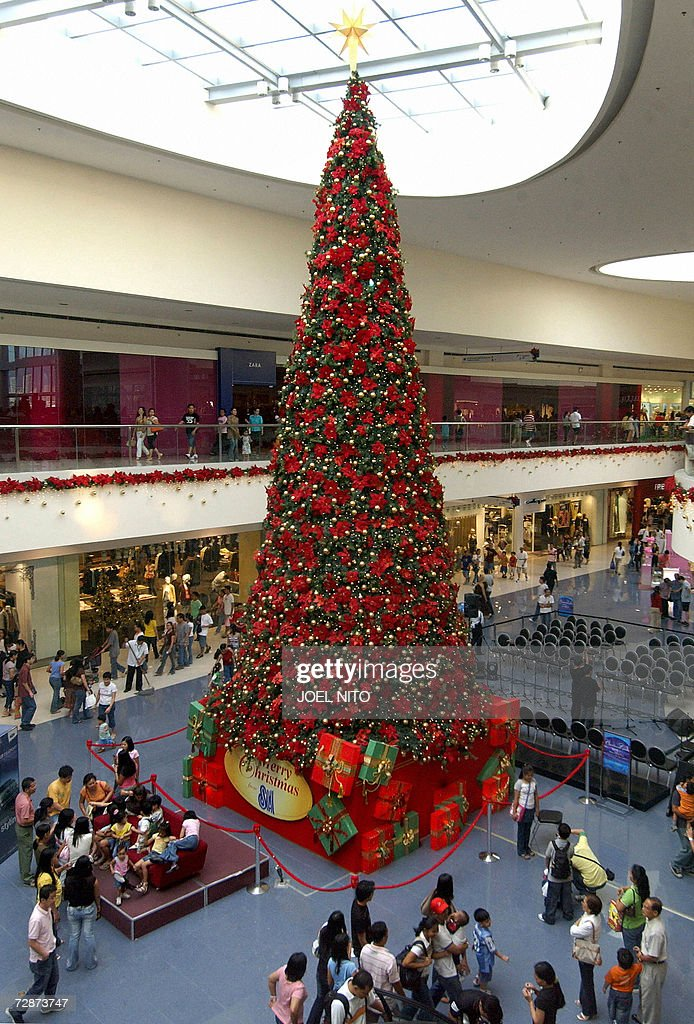 a giant christmas tree is displayed ina shopping mall of manila 24 december 2006 - Giant Christmas Tree