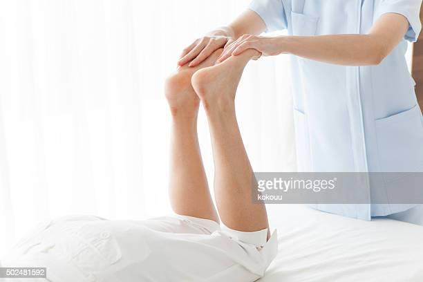 Professeur de procédés femme masser les jambes