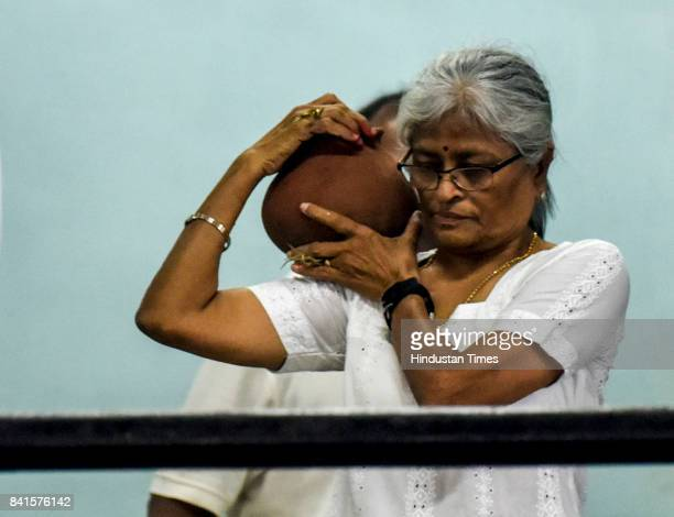 Manisha sister of Dr Deepak Amrapurkar performs the last rites during the funeral of Dr Amarapurkar at Shivaji Park crematorium on August 31 2017 in...