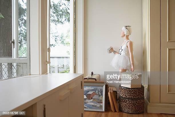 Mannequin, des œuvres d'art et des coffres dans la chambre