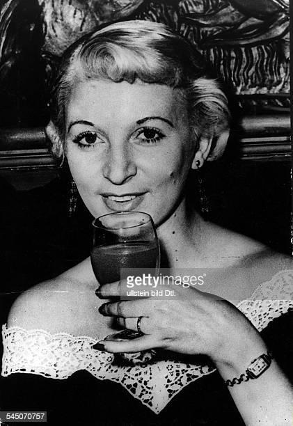 Mannequin GB wurde zum Tode verurteilt weil sieaus Eifersucht ihren Geliebten umgebrachthatteAufnahme um 1955