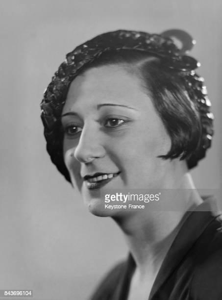 Mannequin portant une chapeau de la modiste Marcelle Roze à Paris France circa 1928