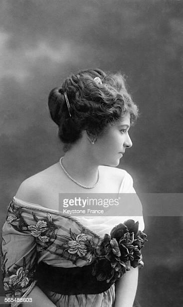 Mannequin présentant la nouvelle coiffure à la mode circa 1910