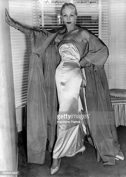 Mannequin présentant une robe de soirée du couturier Hubert de Givenchy
