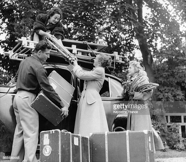 Mannequins et photographe débarquant le matériel habillement et photo pour une séance photo mode à la campagne à VeuleslesRoses France