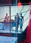 Mannrequins in window display
