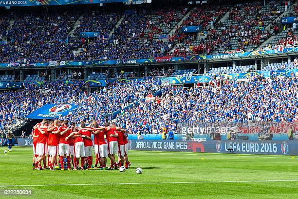 Mittwoch Europameisterschaft in Frankreich SaintDenis Island Oesterreich 21 Mannschaftsritual Oesterreich vor dem Spiel