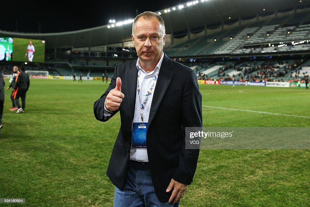 Mano Menezes, head coach of Shandong Luneng thumbs up during the 1/8 match of AFC Champions League between Sydney and Shandong Luneng at Allianz Stadium on May 24, 2016 in Sydney, Australia.