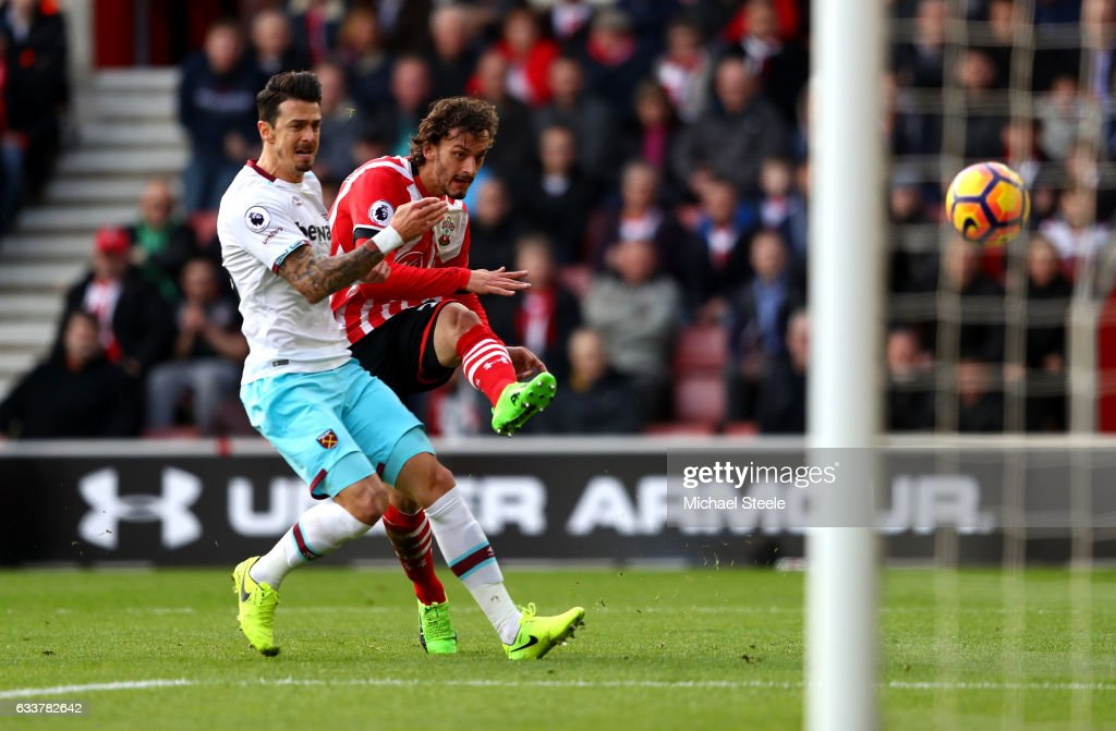 Manolo Gabbiadini of Southampton (C) scores his sides first goal during the Premier League match between Southampton and West Ham United at St Mary's Stadium on February 4, 2017 in Southampton, England.