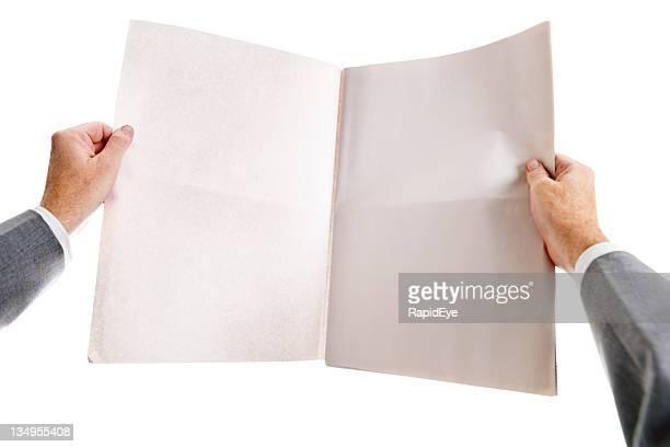 Homme mains clutch journal ouvert vide, fermement.