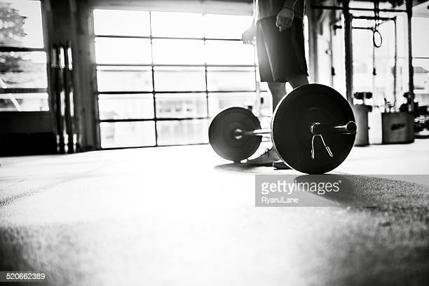 L'homme se prépare pour décoller barre dans la salle de sport