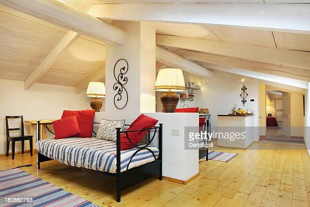Mansarded pièce en bois d'une maison italienne élégante