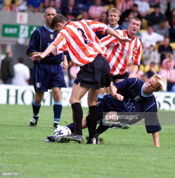 LEAGUE Mansfield Towns Craig Disley battles for the ball with Sunderland's Martin Pemberton during the preseason friendly game at Field Mill Mansfield