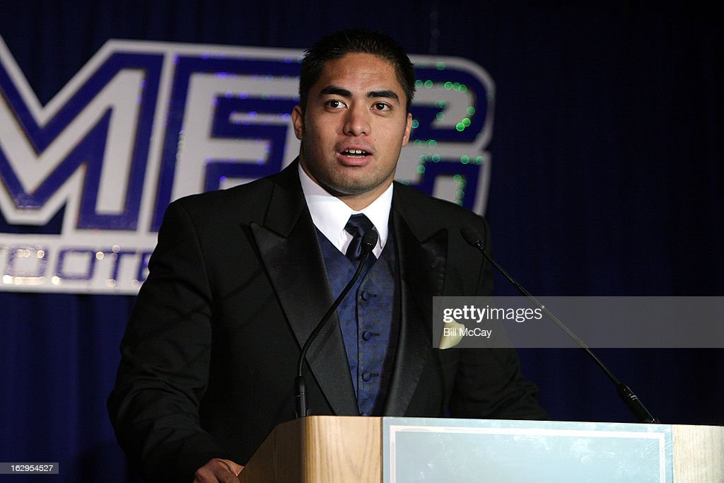 <a gi-track='captionPersonalityLinkClicked' href=/galleries/search?phrase=Manti+Te%27o&family=editorial&specificpeople=5654571 ng-click='$event.stopPropagation()'>Manti Te'o</a> winner of the Maxwell Award for College Player of the Year and The Chuck Bednaik Award for College Defensive Player of the Year attends the 76th Annual Maxwell Football Club Awards Dinner March 1, 2013 in Atlantic City, New Jersey.