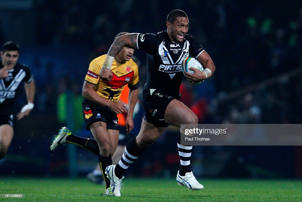 <a gi-track='captionPersonalityLinkClicked' href=/galleries/search?phrase=Manu+Vatuvei&family=editorial&specificpeople=540239 ng-click='$event.stopPropagation()'>Manu Vatuvei</a> of New Zealand makes a break during the Rugby League World Cup Group B match at Headingley Stadium on November 8, 2013 in Leeds, England.