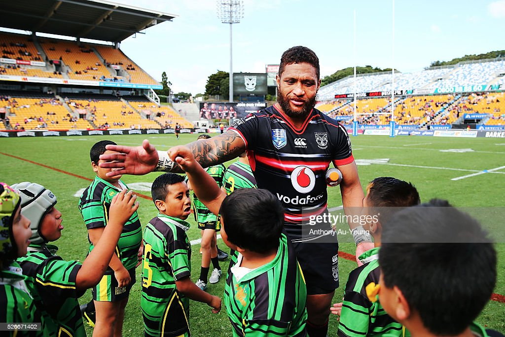 <a gi-track='captionPersonalityLinkClicked' href=/galleries/search?phrase=Manu+Vatuvei&family=editorial&specificpeople=540239 ng-click='$event.stopPropagation()'>Manu Vatuvei</a> of the Warriors high fives with young players after the round nine NSW Intrust Super Cup Premiership match between the New Zealand Warriors and the Canterbury Bankstown Bulldogs at Mt Smart Stadium on May 1, 2016 in Auckland, New Zealand.