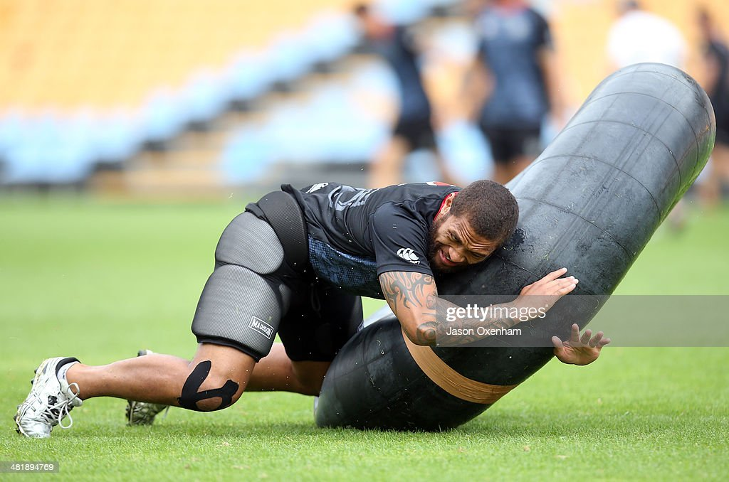 <a gi-track='captionPersonalityLinkClicked' href=/galleries/search?phrase=Manu+Vatuvei&family=editorial&specificpeople=540239 ng-click='$event.stopPropagation()'>Manu Vatuvei</a> of the Warriors practices tackling on a large inner tube during a New Zealand Warriors NRL training session at Mt Smart Stadium on April 2, 2014 in Auckland, New Zealand.