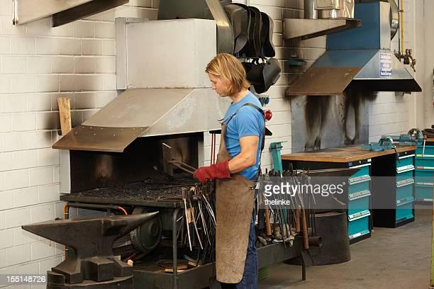 Travailleur manuel dans une usine