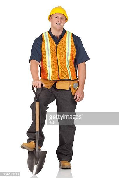 Arbeiter stehend mit Schaufel
