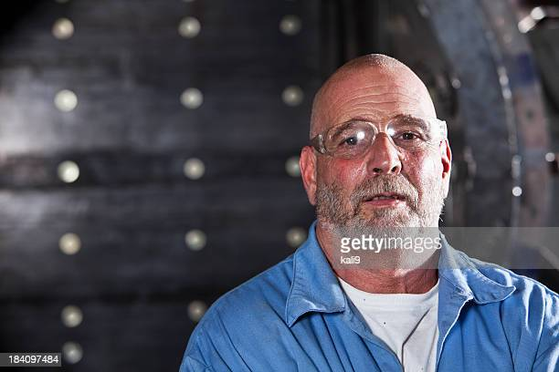 Operaio manuale indossare occhiali di sicurezza