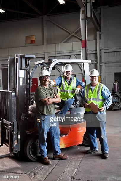 Travailleurs manuels dans l'entrepôt
