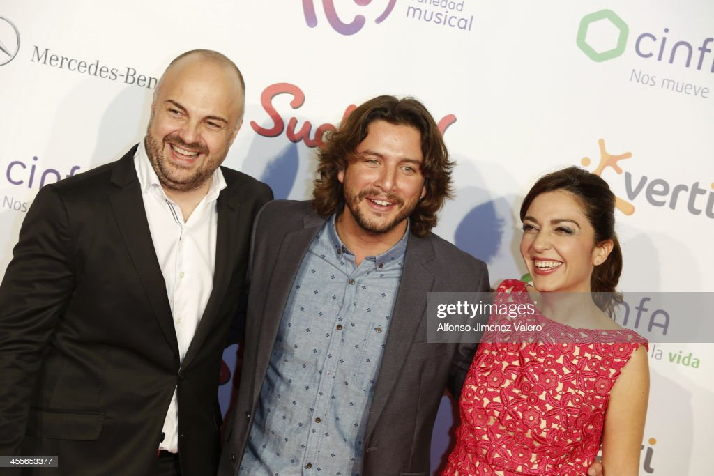 Manuel Carrasco (C) and Mar Amate attend the 'Pie Derecho' Music Awards 2013 at Callao cinema on December 12, 2013 in Madrid, Spain.