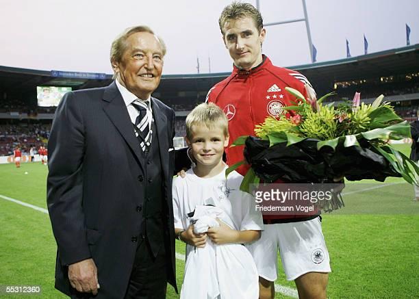 Manuel Heil DFBpresident Gerhard MayerVorfelder and Miroslav Klose pose during an event of the DFB Campaign 'Fair Ist Mehr' on September 07 2005 in...