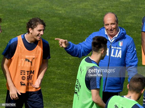 Manuel Locatelli Stephan El Shaarawy and Italian national team head coach Giampiero Ventura chat during the training session at the club's training...