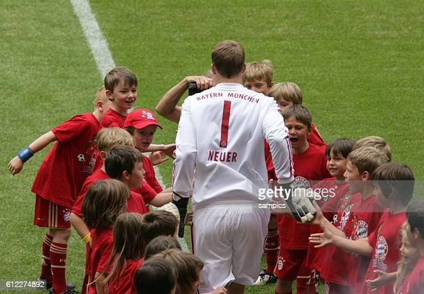 Manuel Neuer Bayern Munchen mit Ballkindern Saisonstart des FC Bayern Munchen fur die Saison 2011 / 2012 in der Allianz Arena