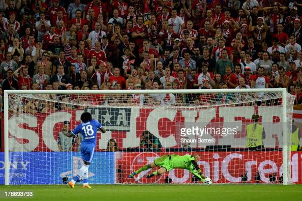 Manuel Neuer of Bayern Munich saves Romelu Lukaku of Chelsea's penalty during the UEFA Super Cup between Bayern Muenchen and Chelsea at Stadion Eden...