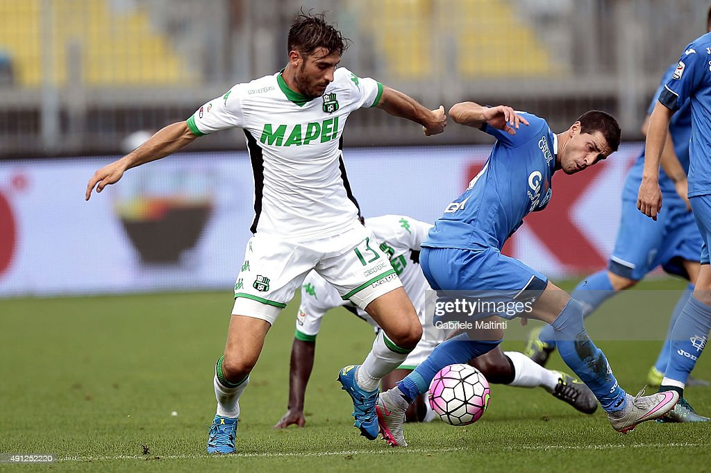 Manuel Piucciarelli of Empoli FC battles for the ball with <a gi-track='captionPersonalityLinkClicked' href=/galleries/search?phrase=Federico+Peluso&family=editorial&specificpeople=6336600 ng-click='$event.stopPropagation()'>Federico Peluso</a> of US Sassuolo Calcio during the Serie A match between Empoli FC and US Sassuolo Calcio at Stadio Carlo Castellani on October 4, 2015 in Empoli, Italy.