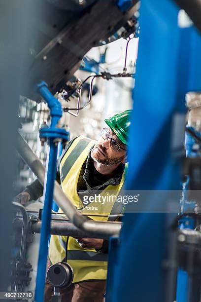 Máquinas de comprobación de producción en la fábrica trabajador