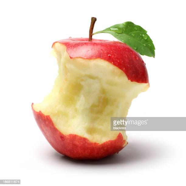 De nombreux en-cas légers sur une pomme rouge