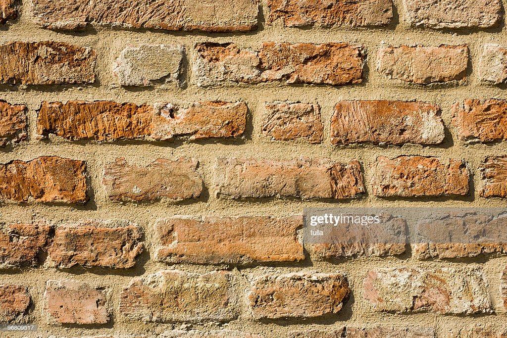 Viele steine ragen aus der wand stock foto getty images - Quadratmeter wand berechnen ...