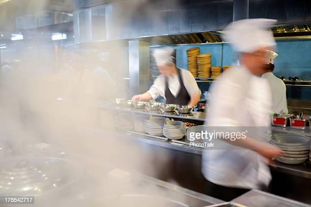Muitos cozinheiros ocupados a trabalhar na cozinha-XXXG