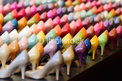 Muchos diferentes colores talones en display : Foto de stock