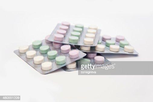 Diferentes colores medicamentos y píldoras : Foto de stock