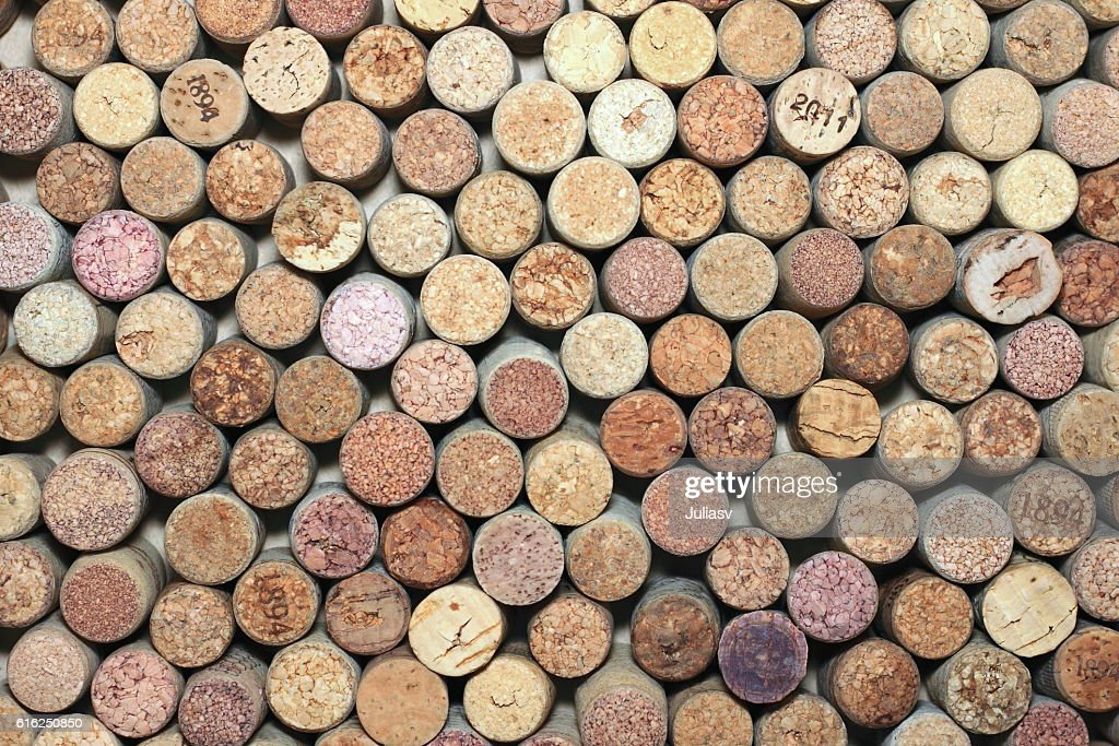 many different used wine corks in the background : Foto de stock