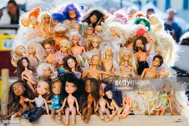 Muchos muñecas en un mercado pulga