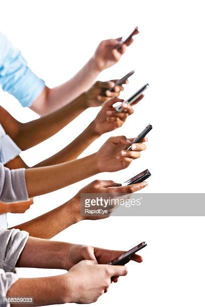 Molte diverse mani busily SMS. Isolato contro bianco