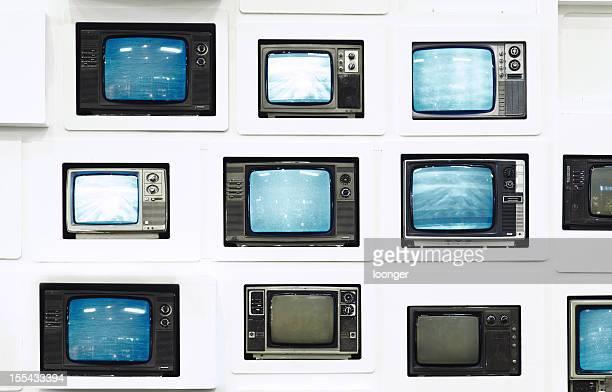 Viele alte vintage-Fernseher auf weiße Wand