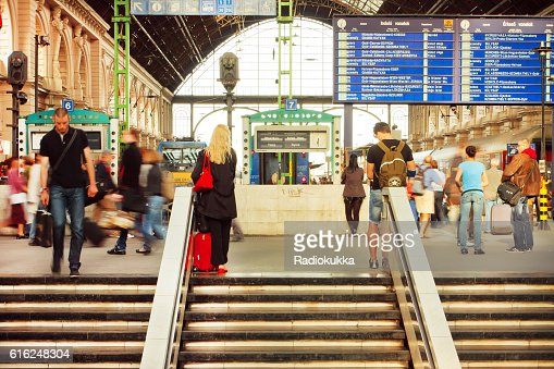 Many people on stairs of railway station : Foto de stock