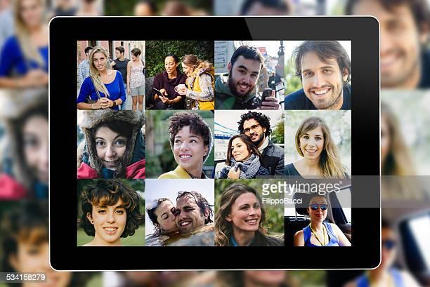 De nombreuses personnes portrait sur une tablette à écran plat