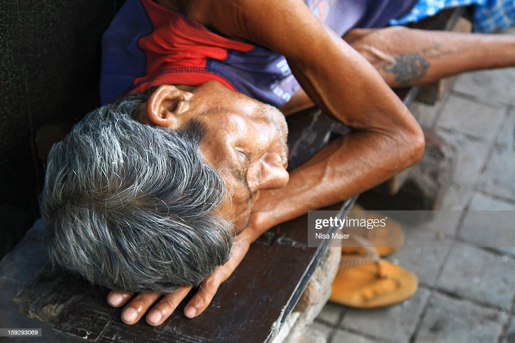 CONTENT] Many people sleep in the streets in India; they wander the cities on foot and have to rest from time to time.