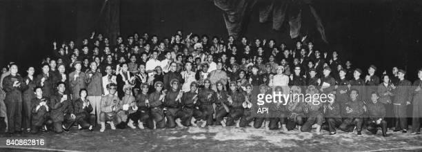 Mao Lin Biao Zhou Enlai et d'autres dirigeants du Parti communiste chinois posent avec la troupe de l'opéra de Pékin le 19 juin 1967 Chine