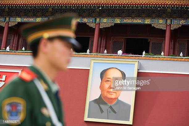 Mao Tse Tung portrait and policeman at Heavenly Gate, Forbidden City.