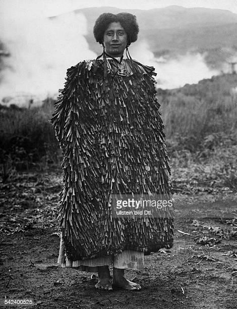 MaoriFrau im Festgewand mit 'Tiki' Pektoral1911
